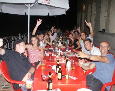 společné posezení studentů v restauraci na Maltě