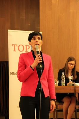 Tlumočení na konferenci Současná bezpečnostní situace v Pobaltí (v popředí poslankyně Markéta Adamová)
