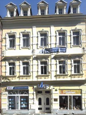 V tomto domě nás najdete - Moskevská 10, K. Vary.