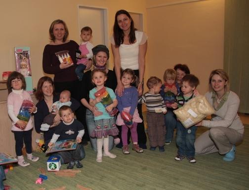 Mateřskému centru Mraveniště v Černošicích jsme zakoupili hračky, papíry a výtvarné potřeby.